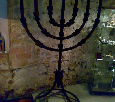 Menorá_en_la_sinagoga_del_Call_de_Barcelona